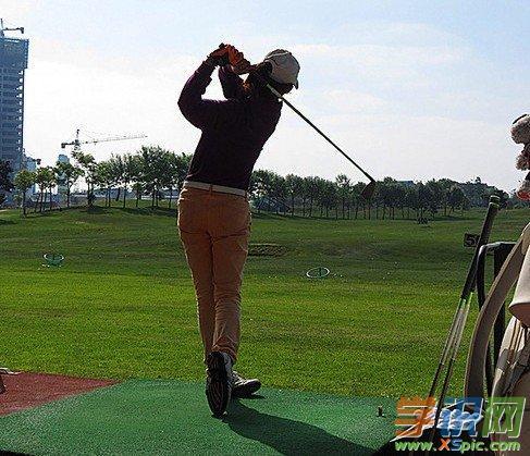高爾夫打低飛倒旋球的技巧