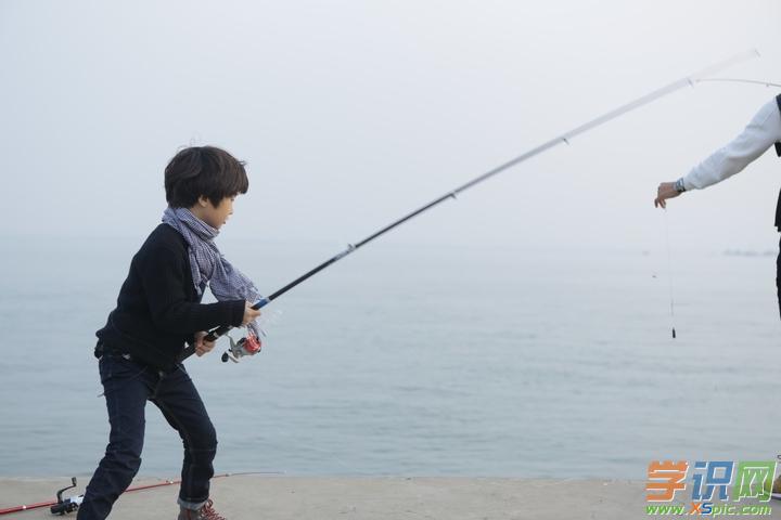 今天,我和爸爸去钓鱼,到了湖边,水波粼粼,一片寂静.