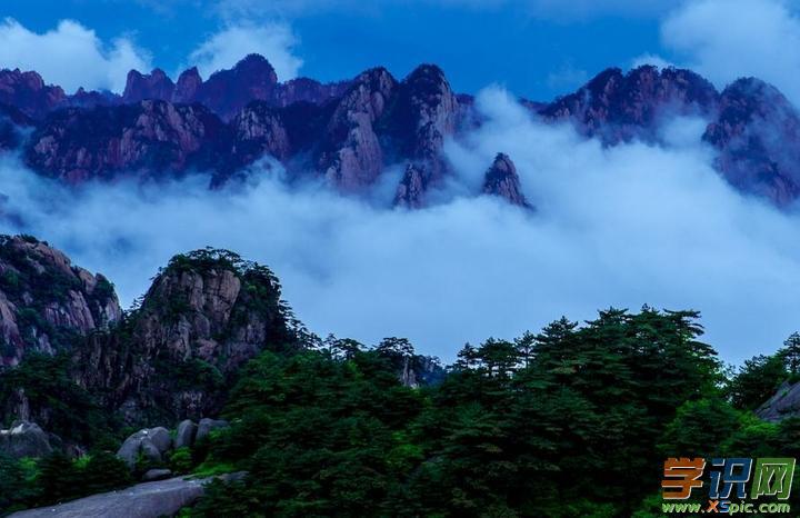 """听导游说莲花峰位于黄山中部,玉屏峰,东对天都峰,海拔1864米,是黄山最高峰,平均坡度七十多度!   爬山了,我们从莲花峰北面往山上爬,一开始坡度不大,随着海拔的增高,坡度也增大,路也越来越陡,人们只能手脚并用了,真的叫""""爬山""""了。莲花峰峻峭高耸,主峰突兀,还没到山半腰,人们以累得气喘吁吁,有的望而却步,半途而返。我们来到半山腰的光景台,眺望玉屏峰和天都峰,尤为壮观。经过半个多小时的""""艰苦跋涉""""我们终于登上了""""莲花绝顶""""仿佛置身云"""
